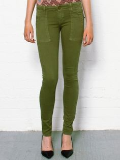 Current/Elliott Combat Skinny in Army. Soft and stretchy skinny jeans by Current/Elliott. These combat jeans come in a beautiful army green colour and have deep rectangle shaped pockets at the front. The Current/Elliott skinny jeans also have brass look buttons on the back pockets and are low rise. 88% cotton, 9%polyester, 3% spandex.