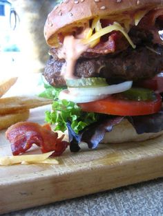 Homemade beef burger recipe is shared on Stuffed Feeling under main meals, offering families dinner ideas. Healthy Burger Recipes, Healthy Snacks, Homemade Beef Burgers, Healthy Family Meals, Great Recipes, A Food, Food To Make, Stuffed Peppers, Ethnic Recipes
