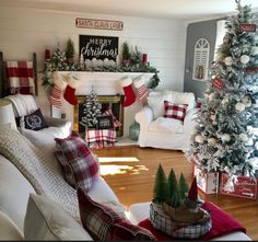 Rustic Christmas Decor Ideas that Brings Back The Traditional Festive Vibe In Your Home - Hike n Dip Here are the best Rustic Christmas Decor Ideas. These Farmhouse Christmas decor brings in the traditional vibes in your Christmas Tree to your home decor. Diy Christmas Fireplace, Christmas Living Rooms, Farmhouse Christmas Decor, Christmas Mantels, Cozy Christmas, Country Christmas, Christmas Trees, Christmas 2019, Fireplace Ideas