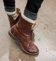 Dikke wollen sokken voor in in je boot (mits je legging/panty of strakke broek aanhebt)