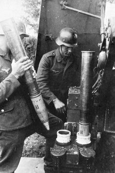 A Luftwaffe crew on a FlaK-36 gun rotating the ring shells to set the detonators on a Zünderstellmaschine.