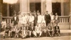 Foto de um grupo de estudantes do Instituto Eletrotécnico de Itajubá (IEI), em frente ao Clube Itajubense, na Década de 20. Sentado no chão, em primeiro plano, o catarinense João Eduardo Moritz, que se formou em 1929. Ele faleceu em 2010, aos 102 anos de idade, em Florianópolis-SC.