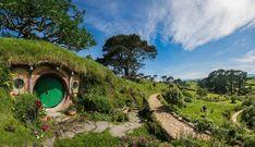 Hobbiton en Nouvelle-Zelande, devenue une attraction permanente complète avec les maison des Hobbits, les jardins, le pont, et la prairie grâce à Peter Jackson