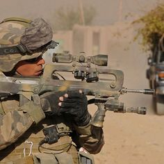 """French soldier in Afghanistan as part of ISAF with a FAMAS (Fusil d'Assaut de la Manufacture d'Armes de Saint-Étienne, in English """"Assault Rifle from the Saint-Étienne Weapon Factory""""), a bullpup-styled assault rifle designed and manufactured in France. Military Police, Military Weapons, Military Art, Military History, Rifles, Dragons, Belle France, Hand Cannon, Special Forces"""