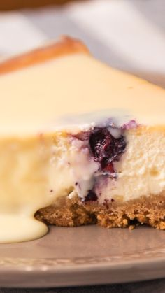 Delicious Blueberry Cheesecake - With a coverage of White Chocolate that will make your mouth water - Mexican Food Recipes, Sweet Recipes, Dessert Recipes, Buzzfeed Tasty Videos, Cake Aux Fruits, Delicious Desserts, Yummy Food, Fall Cakes, Holiday Cakes