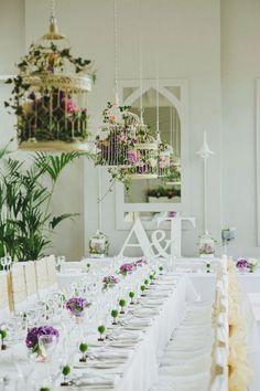 Les cages remplies de fleurs sont des plus romantiques