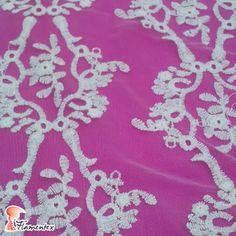 """Tejido modelo """"Sum"""": tul bordado con algodón color crudo. Combinado con nuestro modelo """"Dama"""", un crespón con mucha caída liso color berenjena.  DAMA: https://flamentex.es/tejidos/Dama/0"""