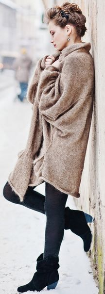 Neringa Rūkė - leggings in short booties & a big oversized sweater Winter Wear, Autumn Winter Fashion, Winter 2017, Winter Style, Fall Fashion, Fall Winter, Mode Style, Style Me, Style Hair