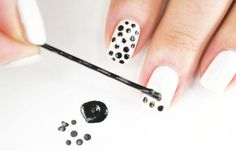 Diseños de uñas fáciles de hacer, Diseños de uñas fáciles puntos negros.   #uñas #nails #uñasdiscretas