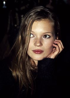 Kate Moss was known for her heroin chic look. She had androgynous beauty. Models of the had eating disorders and Moss also shared that. There was the new ideal for models provoked criticism of the industry. Moss Fashion, Beauty And Fashion, Alexa Chung, Kate Moss Joven, Kate Moss Hair, Queen Kate, Heroin Chic, Miss Moss, Classic Beauty