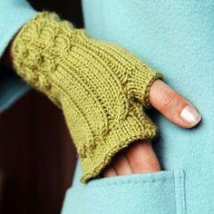 Fingerløse handsker. Lette at gå til, selv om man ikke har strikket kabler/snoninger før. Strik evt. flere par, så de passer til dit tøj.