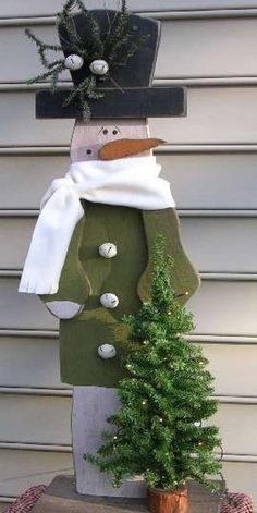 Snowman Recycled Wood Christmas Decoration http://www.woodz.co/15-ideas-to-decorate-your-home-with-recycled-wood/