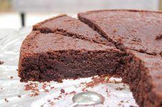 Le parfait chocolat, sans sucre ni beurre : 200 gr de chocolat noir pâtissier 400 gr de crème liquide 15% MG 2 oeufs (à température ambiante) 100 gr de farine complète 6 gr de levure chimique 80 gr de poudre d'amande / Préparation : faire chauffer la crème et la verser sur le chocolat et fouetter jusqu'à ce que l'ensemble soit homogène. Ajouter ensuite les oeufs puis finir par les poudres. Verser la préparation ds un moule rond chemisé. four 20 min à 180°