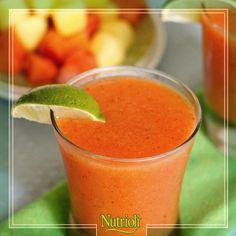 ¡Cuida tu cuerpo con este delicioso y fresco licuado que te ayudará a prevenir problemas digestivos!  La papaya contiene fibra y posee propiedades que desintoxican tu cuerpo.   Licúa: - ¾ de papaya - ¾ de durazno - ½ de pera - 1 cda. jengibre  - 2 hojitas de menta - 3 tazas de agua