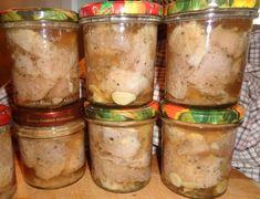 Jest to konserwa zrobiona z pokrojonej w większą kostkę łopatki wieprzowej, natartej solą z pieprzem czarnym z dodatkiem czosnku i liś...