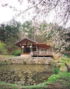 고재(古材)의 묵은 미(美) 물꼬방 한옥 | Daum라이프 Asian Architecture, Landscape Architecture, Architecture Design, Calming Images, Asian House, Traditional Japanese House, Unusual Homes, Cabins And Cottages, Cabins In The Woods