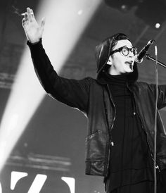 The 1975 Matty Healy | Those glasses really look hot on him!