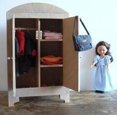 Armoire pour vêtements de poupées - tutoriel gratuit - Vêtements de poupées et peluches Doll Furniture, Dollhouse Furniture, Furniture Making, Barbie Furniture Tutorial, Doll Beds, Cardboard Crafts, Child Doll, Waldorf Dolls, Diy Doll