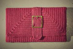Crochet purse, free pattern not in En + chart Crochet Clutch Pattern, Crochet Clutch Bags, Crochet Wallet, Crochet Phone Cases, Crochet Handbags, Crochet Purses, Crochet Patterns, Crochet Bags, Knitting Patterns