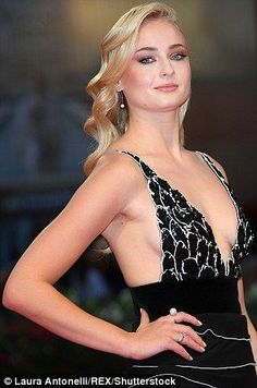 Sophie Turner shows some skin in a seriously plunging monochrome dress Beautiful Celebrities, Beautiful Actresses, Beautiful Women, Hollywood Celebrities, Hollywood Actresses, Spohie Turner, Game Of Thrones, Jean Grey, Classic Beauty