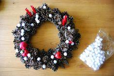 Corona de navidad con piñas. Pinecones Christmas wreath