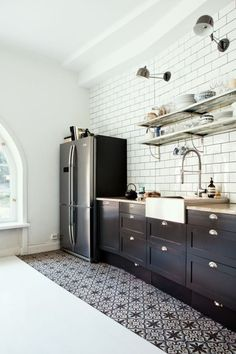 Cuisine noire ultra tendance 🏠 homedecor home homedecorideas homedesign kitchen kitchendesign diy decor dresses women womensfashion workout beauty beautiful fashion ideen ideas 🏠 Retro Home Decor, Black Kitchens, Kitchen Flooring, Interior, Vintage Kitchen Decor, Vintage Kitchen, Interior Design Kitchen, Home Kitchens, Trendy Home
