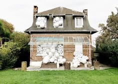 Charles Pétillon fills abandoned spaces with white balloons.