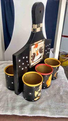 Veja algumas ideias bem legais de artesanato com tábuas de carne, que vocês podem fazer aí na sua casa, de maneira simples e prática. Tin Can Crafts, Crafts To Make And Sell, Wood Crafts, Diy And Crafts, Recycled Tin Cans, Recycled Pallets, Recycled Crafts, Marker Storage, Recycle Cans