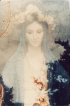 """Fotografía de la """"Virgen de Mediguori"""" tomada por un sacerdote, que salió a la hora de revelar el negativa. ¡¡Que bella es!!  (Trae el Rosario en las manos)"""