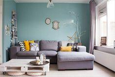 sala-sofá-cinza-parede-azul-claro