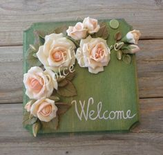 "Targa quadrata ""Welcome"" con rose rosa in pasta di mais"