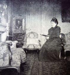 Madame Jeanne Proust, dans son salon du 45 rue de Courcelles