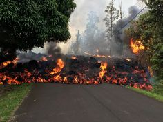 Volcano Kilauea: What stops eruptions of lava? Volcano Kilauea: What stops eruptions of lava? The behaviour of volcanoes is difficult to predict. Big Island Hawaii, Big Island Volcano, Hawaii Volcano, Volcan Eruption, Lava Flow, Active Volcano, Bouldering, The Neighbourhood, Big Island