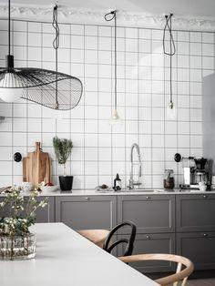 Spacious grey kitchen with a white tile wall Kitchen Words, Kitchen Tiles, Kitchen Design, Living Room Remodel, Kitchen Remodel, White Tiles Black Grout, Swedish Kitchen, Moroccan Decor, Open Plan Kitchen