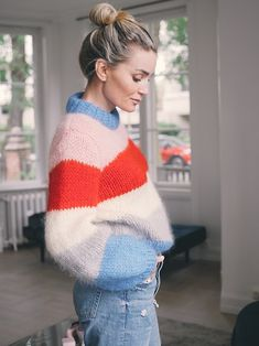 🙌🏼At least in the early mornings and evenings! ( Someone's looking forward to Atumn! Blue Sweater Outfit, Trends 2016, Rainbow Sweater, Mohair Sweater, Cool Sweaters, Sweater Weather, Online Shopping Clothes, Street Style Women, Autumn Winter Fashion
