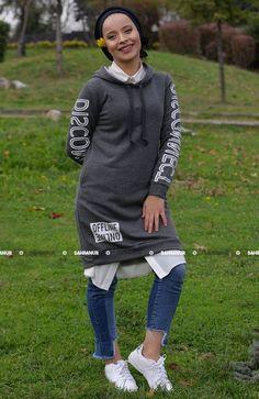 Kolları Baskılı Kapşonlu sweat shirt ürünümüz yeni sezon ürünüdür. Yandan ceplidir. İki iplik kumaşından üretilmiş olup 85 CM dir.