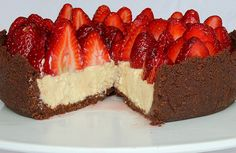 White Chocolate and Fresh Berry Cheesecake - La Donna Moderna Yummy Treats, Delicious Desserts, Sweet Treats, Yummy Food, No Bake Desserts, Dessert Recipes, Chelsea Winter, Xmas Pudding, Famous Recipe