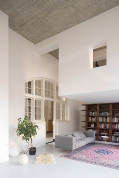Dutch architecture practice Eklund Terbeek have transformed two former classrooms in a 1912 Rotterdam school building into a loft apartment. Rotterdam, New Yorker Loft, School Building Design, Scandinavian Loft, Berlin Apartment, Apartment Interior, Studio Apartment, Apartment Therapy, Soho Loft