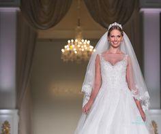 by Moment #desfiledenoivas #vestidosdenoiva #weddingdresses #bride #noiva