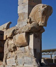Era una ciudad con templos y palacios para eventos ceremoniales. Construida en el año 512 a.C. fue incendiada y arrasada por Alejandro Magno. Sus ruinas aún resisten el paso del tiempo.
