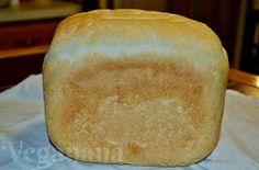 Pão caseiro, fofinho e muito gostoso que pode ser feito na maquina ou a mão. Esta receita é uma base perfeita para vários tipos de pães dif...