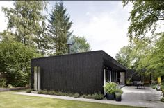 Cottage house with simple architecture that matches the simplicity. This cottage designed by architect Rasmus Bak, when he make a home for his family in the north of Aarhus Aarhus, Denmark House, Danish House, Scandinavian Garden, Building A Cabin, Box Houses, Nordic Design, Black House, Exterior Design