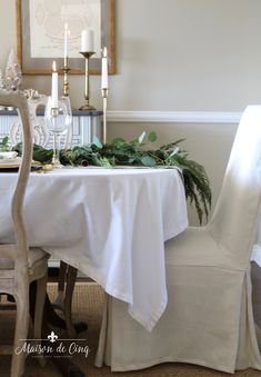 Christmas Country Dining French Gorgeous pretty Room Style Table Gorgeous holiday table setting with greens, eucalyptus and gold accents! Classic Christmas table in gold and white > maisondecinq tablescape tablesetting christmastable French Country Christmas, Elegant Christmas, French Country Style, Gold Christmas, Christmas Decor, Christmas Table Settings, Christmas Tablescapes, Holiday Tables, Cedar Table