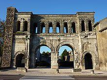 Augustodunum, Porte SAint-André d'Autun: dès le Ier siècle, cette porte monumentale fut l'entrée orientale du decumanus maximus, grand axe est-ouest de la cité.Cette porte est haute de 14,50 m et large de 20