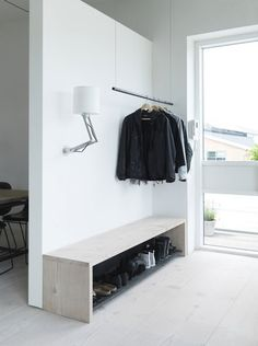 """玄関を入ってすぐのところに""""見せる収納""""クローゼットを。お客様のコートやジャケットもここにハンガーしておきましょう♩ベンチにもなる木製のシューズボックスは、シンプルでモダン。このミニマルさが北欧っぽい!"""