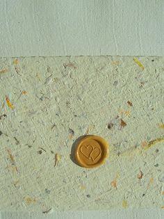 Briefset, handgeschöpftes Blütenpapier mit Siegel, Büttenpapier pflanzengefärbt mit Goldrute von paperuli auf DaWanda.com