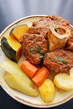 Chambaril: Ingredientes  Carnes 2 kg de ossobuco (chambaril) 2 tomates em rodelas 1 cebola em rodelas 1 pimentão verde em rodelas 1 maço de coentro 1 colher (sopa) de colorau 1 colher (chá) de cominho Pimenta-do-reino e sal a gosto Água até cobrir a carne na panela  Molho 2 tomates cortado ao meio 1 cebola cortada ao meio 1 pimentão verde 2 dentes de alho 1 maço de coentro