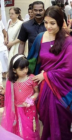 Aishwary Rai Bachchan with her cute daughter in simple saree Kerala Saree Blouse Designs, Saree Blouse Neck Designs, Actress Aishwarya Rai, Aishwarya Rai Bachchan, Aishwarya Rai Wedding Pictures, Manish Malhotra Designs, Bollywood Actress Hot Photos, Bollywood Style, Kajal Agarwal Saree