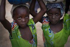 Piccole donne raccolgono l'acqua al fiume. La cecità dei fiumi colpisce le famiglie che vivono vicino al fiume, di cui si servono per coltivare la terra e per mangiare. Sono costretti ad abbandonare il loro villaggio per la paura di diventare ciechi.  http://www.sightsavers.it/il_nostro_lavoro/le_persone_che_avete_aiutato/19509.html