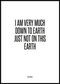 Mustavalkoinen tekstitaulu, jossa sitaatti Karl Lagerfeldilta